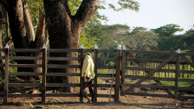 Este es uno de los portones instalados sobre la vía pública por Aportes San Isidro para bloquear el acceso a los campesinos y campesinas de Asocab.